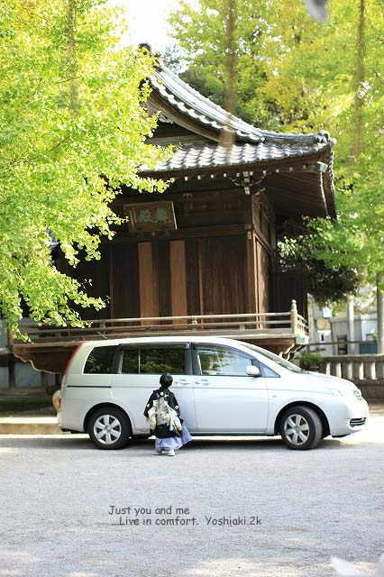 車の中を覗く次男 車の中では立っているのもツライ親父が休んでいます